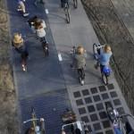 """Велодорожка с солнечными панелями """"SolaRoad"""" в городе Кроммени, Нидерланды"""