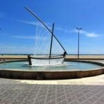 Фонтан-лодка, или фонтан-парусник на площади Плайя-де-ла-Мальвароса в Валенсии, Испания