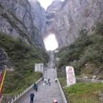 Арка «Небесные ворота» или пещера «Тяньмэнь» (Tianmen Cave) на горе Тяньмэнь, Китай