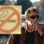 В аэропортах и поездах могут вновь разрешить курить