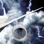 Молния пробила дыру в пассажирском самолете