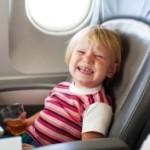 Певицу сняли с рейса из-за плача ребенка