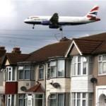 Двое мужчин выпали из самолета в Лондоне