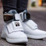 Авиакомпания создала кроссовки с Wi-Fi, USB-разъемом и дисплеем
